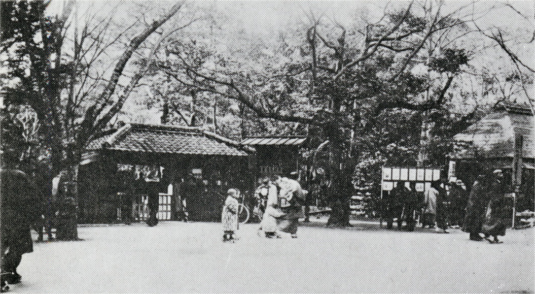 Entrance to the Ueno Zoo in the late Meiji period.
